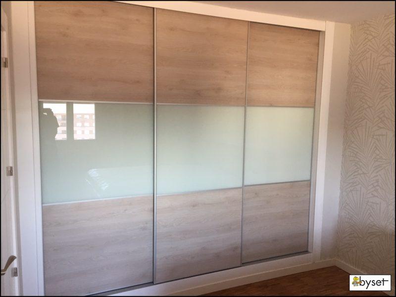 Armario empotrado laminado madera cristal mueblesbyset - Puertas correderas madera y cristal ...